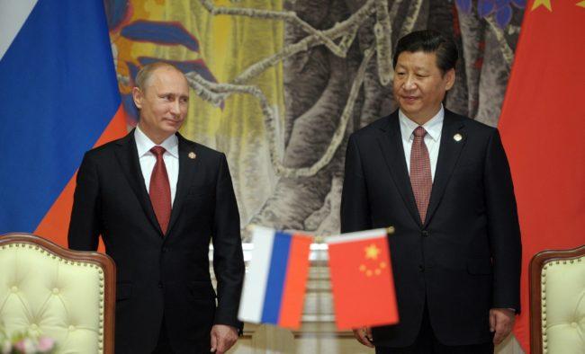 Xi er i Moskva. Aksen Kina/Russland forsterkes. I vest rår tausheten.